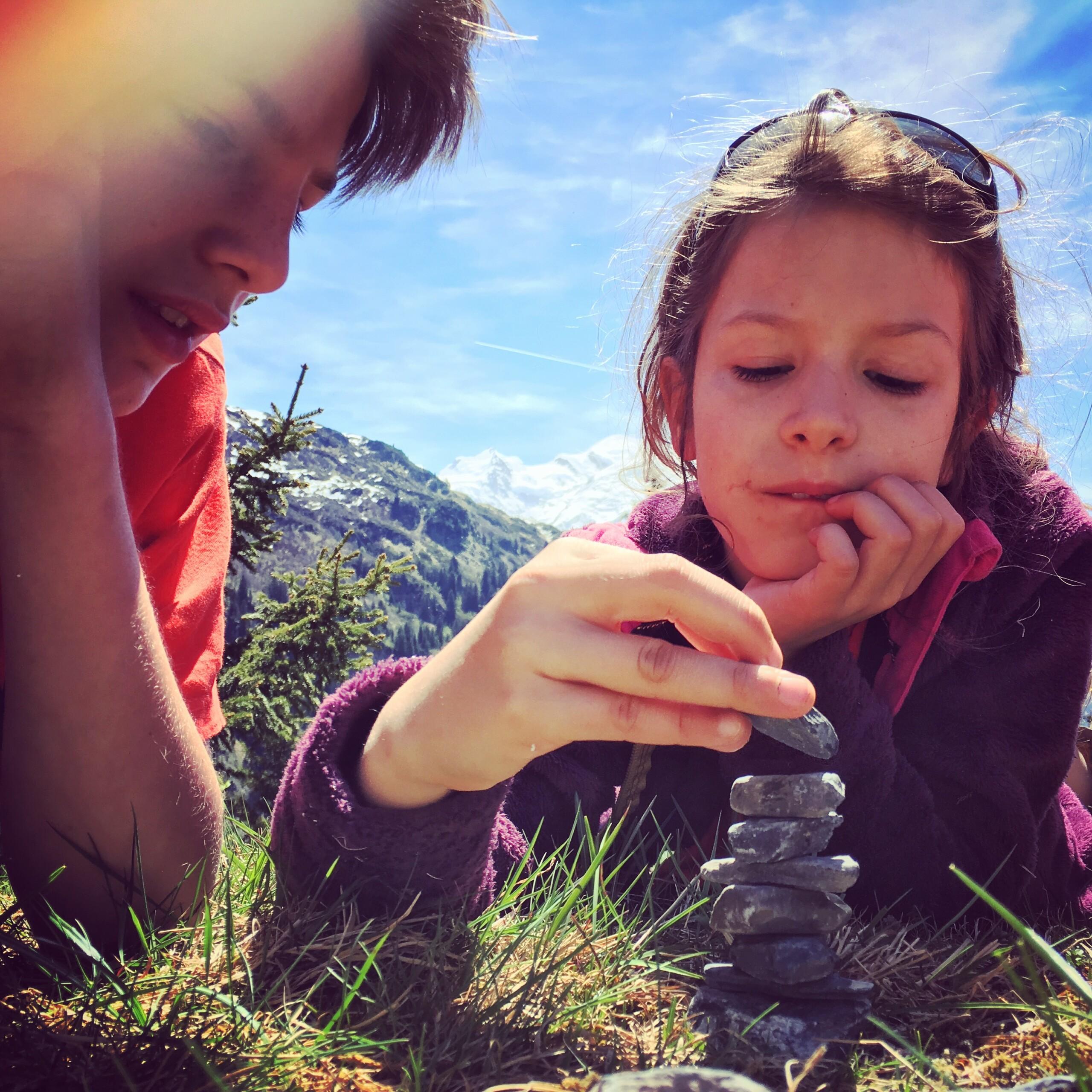 Jouer dans la nature - jeu du petit cairn - ©petitbivouac