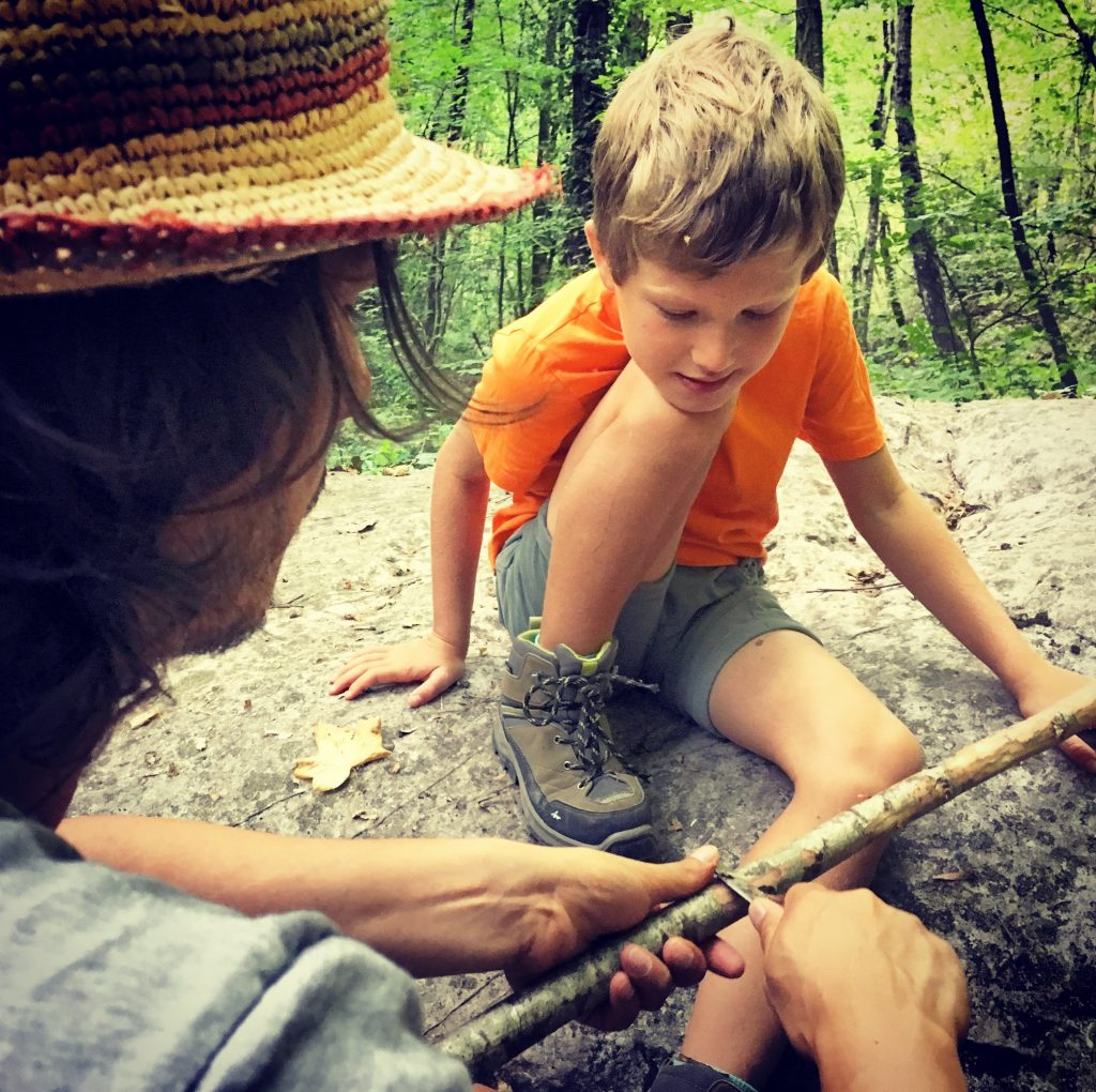 Apprendre à un enfant à se servir d'un couteau de poche ©petitbivouac
