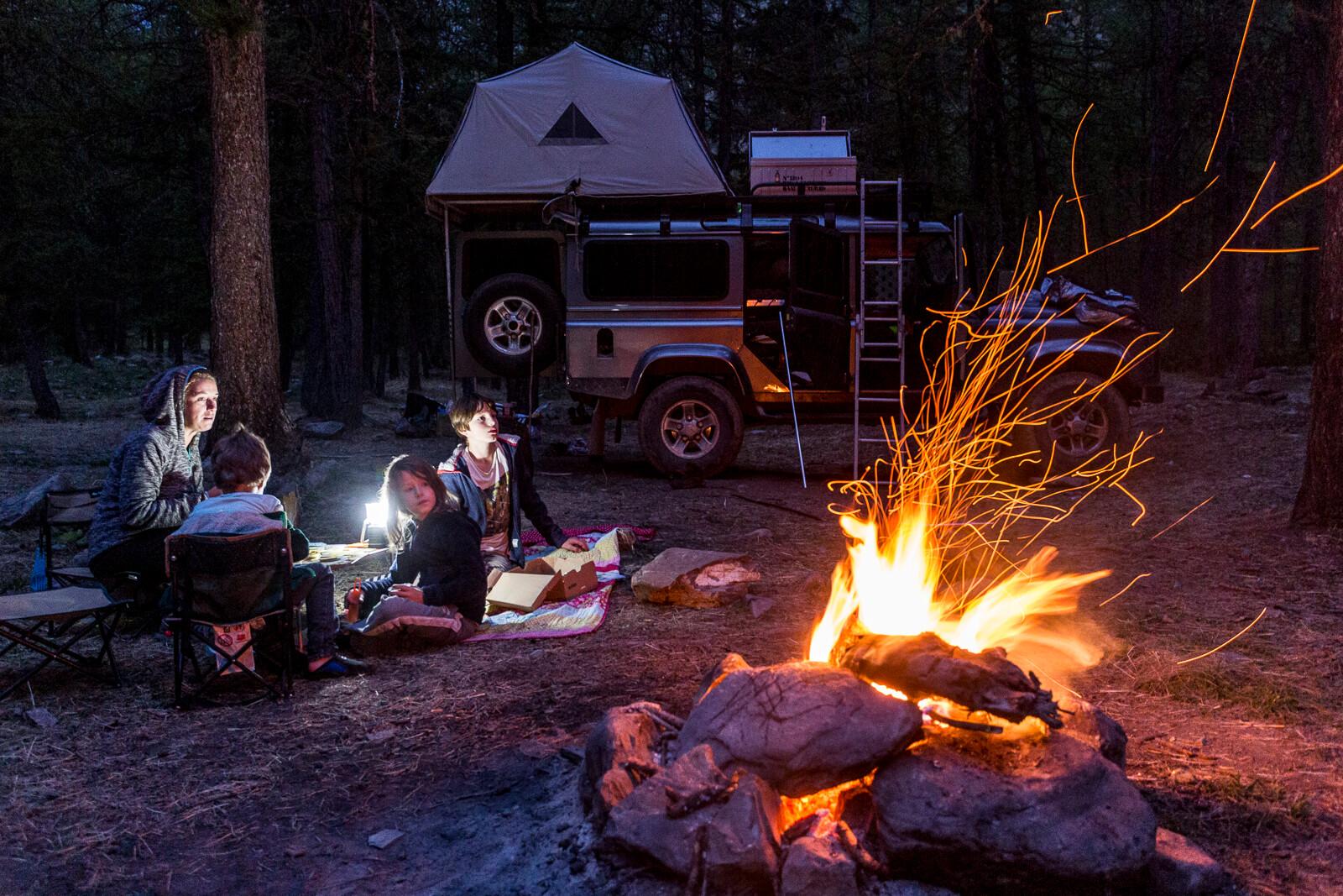 Autour du feu de camp pendant un bivouac en famille